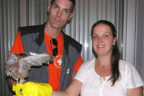 Bürgerdienst Mitarbeiterin Sina Gentner mit dem geretteten Falken und einem Mitarbeiter der Tierrettung