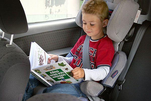 Manche Kinder lesen gerne während einer langen Autofahrt- doch es gibt noch viele andere Tipps und Tricks