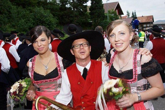 Musikant und Festdamen beim Bezirksmusikfest in Krumbach