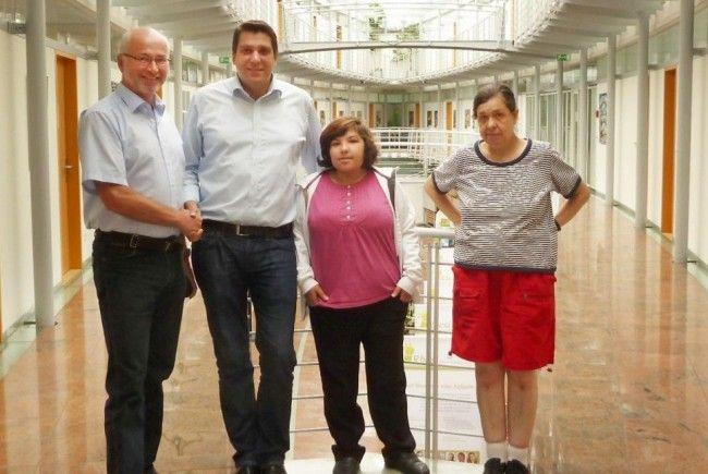 Lebenshilfe-Obmann Wolfgang Metzler sowie Sibl und Carmen bedankten sich bei Bürgermeister Köhlmeier.