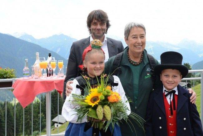 Margit Fischer mit Bürgermeister Thomas Zudrell und Trachtenkindern aus dem Silbertal.