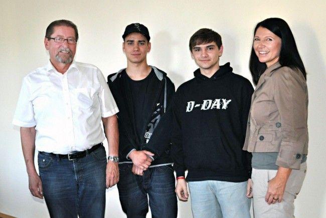 Benjamin Fasch und Christoph Madertoner mit Bürgermeister Werner Schneider und Heidi Schuster-Burda