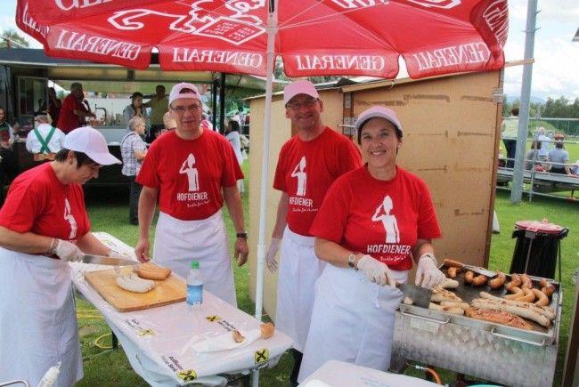 """Für etwa 500 freiwillige Helfer hieß es beim Kaiserfest in Hard """"Buckla für´n Kaiser."""