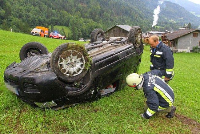 Pkw blieb auf dem Dach liegen, die 20-jährige Lenkerin wurde verletzt.