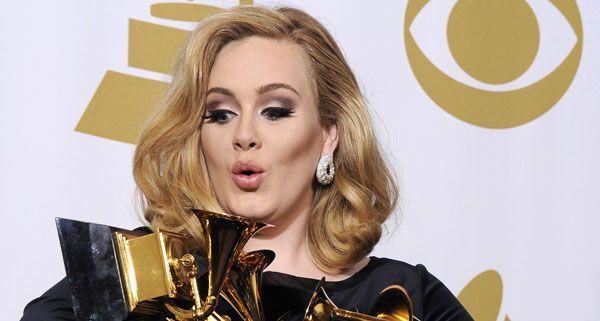 Sängerin Adele - im Bild mit ihren sechs Grammys - will noch vor der Geburt ihres Kindes heiraten.