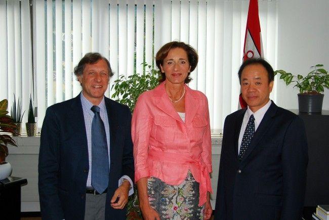 Landtagspräsidentin Bernadette Mennel empfing die Botschafter aus Argentinien und Vietnam, Eugenio Maria Curia und Thiep Nguyen.