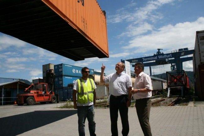 Lokalaugenschein mit den Bürgermeistern Elmar Rhomberg und Christian Natter am Güterbahnhof, wo ein Bahn-Mitarbeiter die dramatische Überlastung des Container-Terminals erläutert.