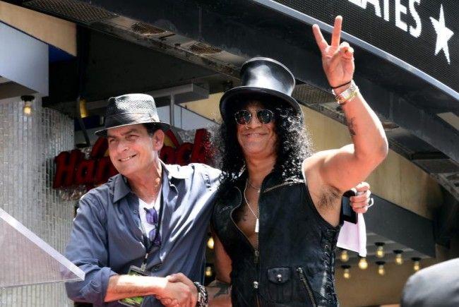 Charlie Sheen gratuliert seinem Kumpel Slash zum Stern.