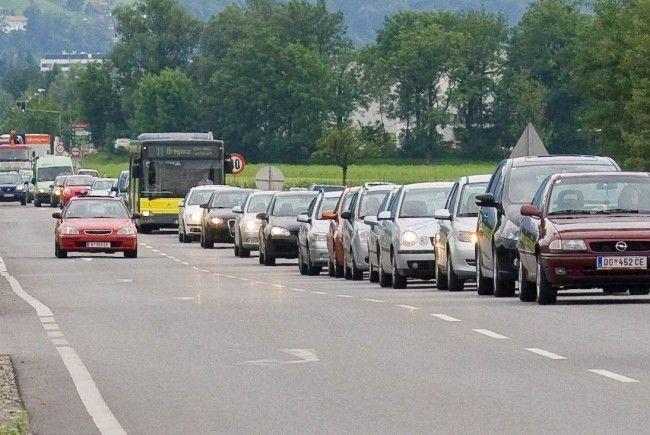 Es staut sich rund um den Kreisverkehr Dornbirn-Nord.