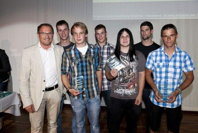 Innungsmeister Christian Thaler (li) mit den ausgezeichneten Junggesellen der Metalltechniker.