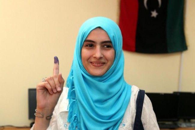 Schlangen vor Wahllokalen in der Hauptstadt Tripolis bei ersten freien Wahlen seit mehr als 50 Jahren.