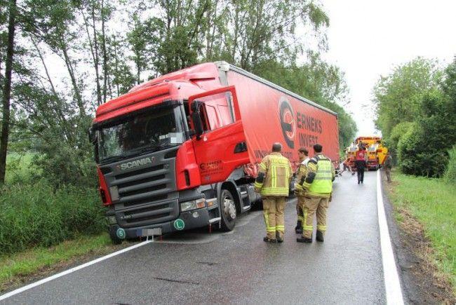 Lkw in Lustenau in Graben gelandet - Lkw-Fahrer blieb unverletzt.