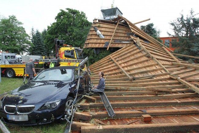 Heftige Sturmböen haben das Dach Flughafen von Memmingen (Schwaben) abgetragen.