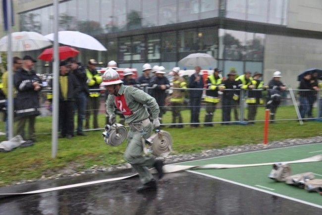 Feuerwehrleute des Bezirks Bregenz zeigen bei den Nassleistungsbewerben ihr Können.