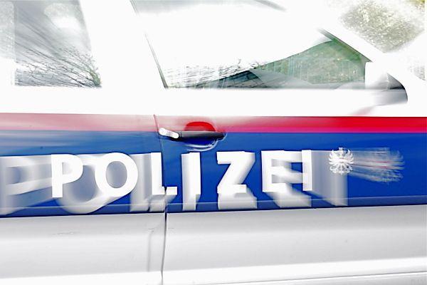Frau von Schuss getroffen - Polizei sucht Zeugen.