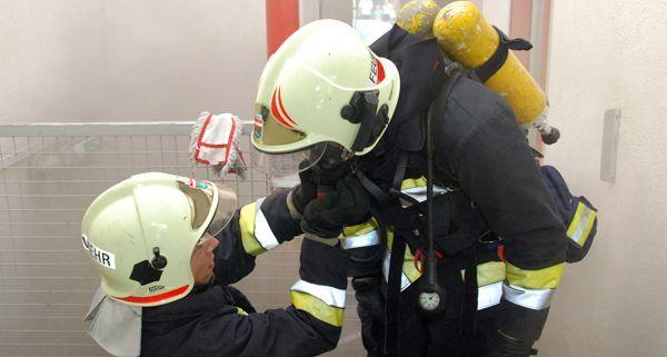 Das Kellerabteil eines Friseurgeschäfts in Mödling brannte, verletzt wurde niemand.