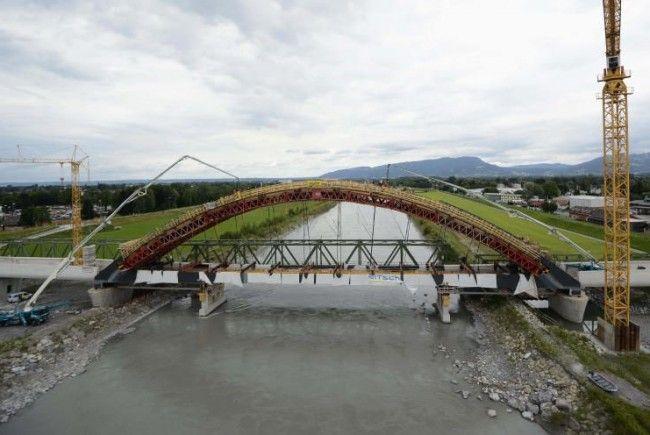 Spektakuläre Schalungsarbeiten an der Rheinbrücke