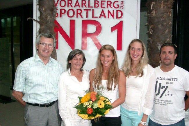 Shootingstar Rosalie Tschann mit Sport-LR Stemmer, Helene Pflüger, Trainer Benning und Dorfer.