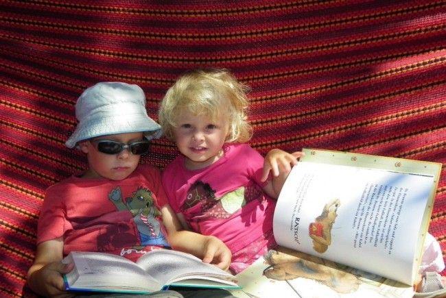 Noah und Ella aus Lustenau fühlten sich beim StadtLesen besonders wohl