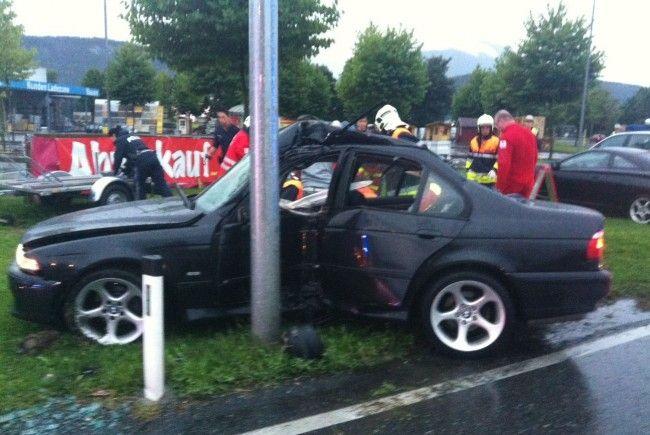 Der BMW prallte seitlich gegen einen Laternenmasten.
