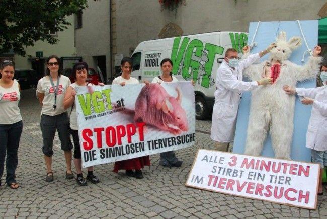 Die Aktivisten vom VGT Vorarlberg versinnbildlichten Tierversuche auf dem Feldkircher Sparkassenplatz