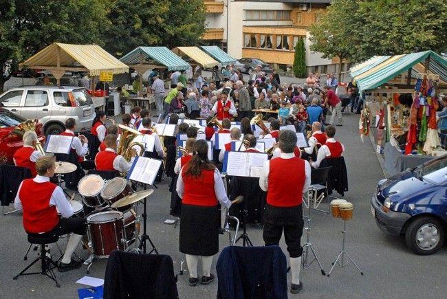 """Die Harmoniemusik Tschagguns unterhält beim """"Sommerburamarkt"""" am 3. August 2012."""