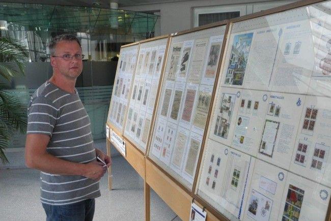 """Im Foyer der LKH Feldkirch ist eine sehenswerte Ausstellung zum Thema """"Gesundwerden durch Philatelie"""" zu bewundern"""