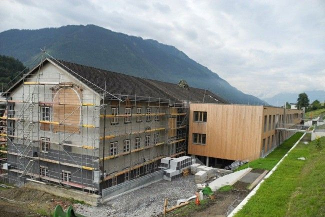 """Im Vordergrund der Altbau des Antoniushaus der momentan saniert wird, im Hintergrund des """"neue"""" Antoniushaus."""