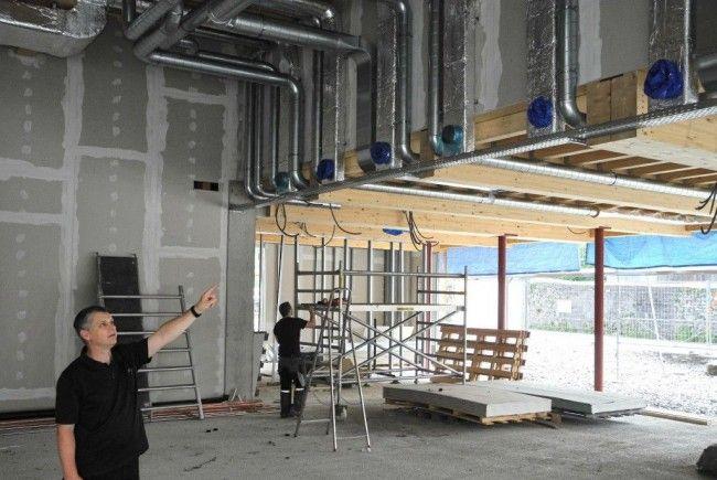 Architekt Dietmar Walser zeigt den Fortgang beim Bau des PZ Altenstadt