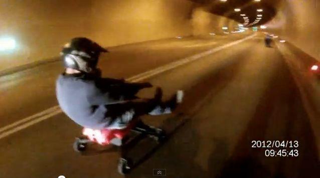 Waghalsige Fahrt auf Bobby Cars durch Achraintunnel