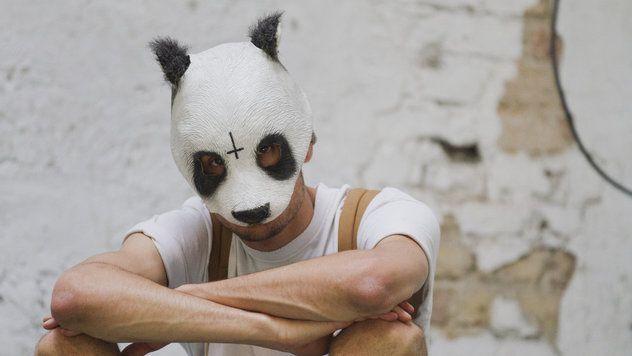 In der Öffentlichkeit tritt Cro normalerweise nur mit Panda-Maske auf.
