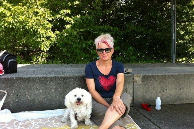 Jasmine Breitenberger mit Glücksbringer Balu besucht seit Jahren fast alle Spiele von SC Bregenz.
