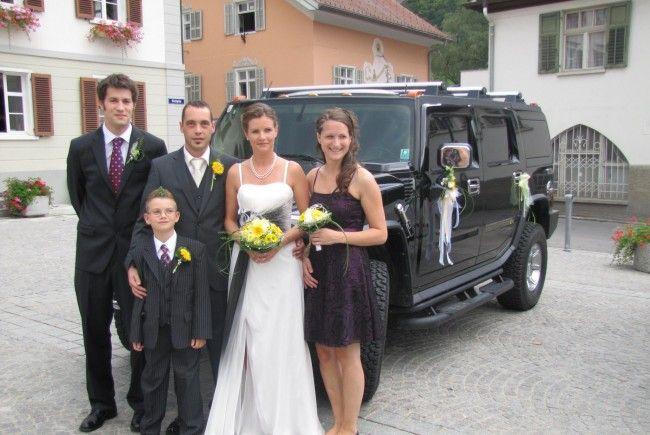 Das Brautpaar Carmen Dobler und Emanuel Bauer mit Sohn Fabian und den Trauzeugen Caroline und Patick Bertsch.