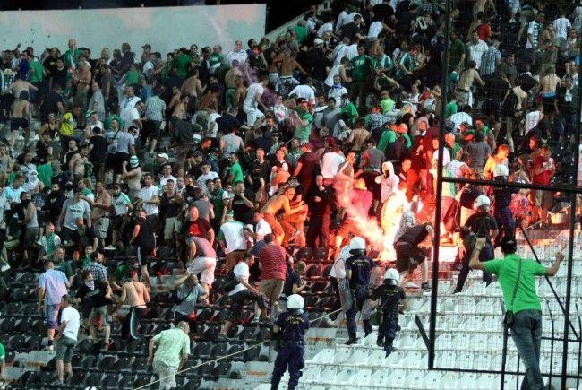 Rapid Wien muss nach den Ausschreitungen im Stadion von PAOK Saloniki mit einer UEFA-Strafe rechnen.