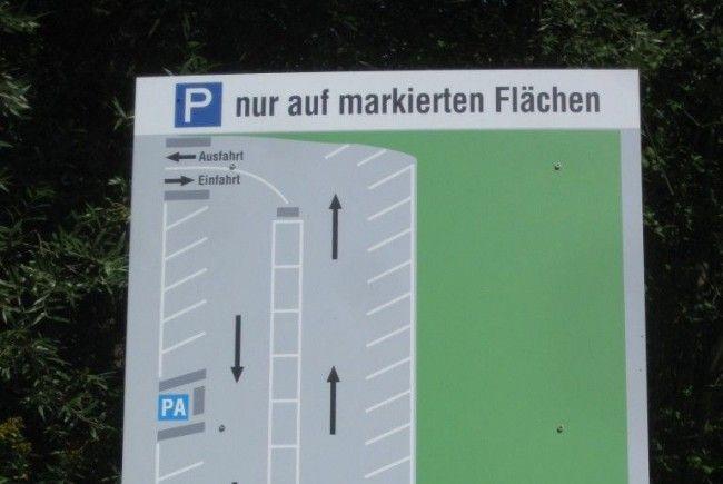 Eine Hinweistafel gibt genaue Auskunft über die Parkplatzordnung