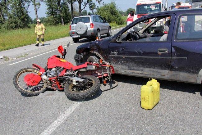 Der Motorradlenker erlitt Verletzungen unbestimmten Grades.