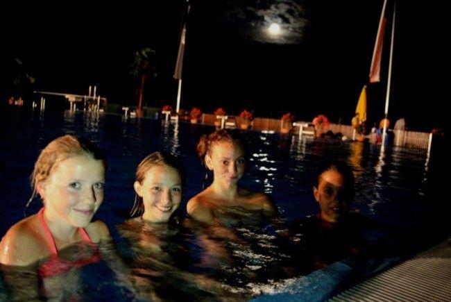 Die jungen Damen genossen ein tolles Badererlebnis in der Vollmondnacht