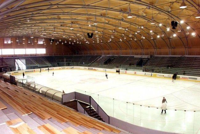 Für eine Viertelmillion Euro wird die Eishalle adaptiert, um den Ansprüchen der höchsten Eishockeyliga zu genügen.