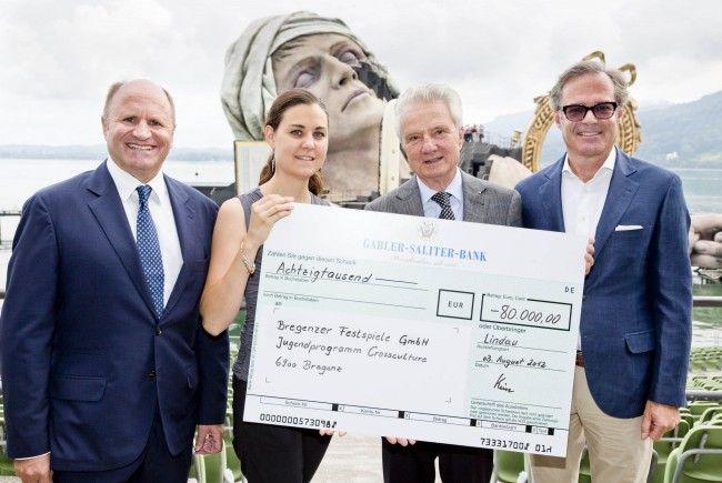 Festspiel-Präsident Hans-Peter Metzler, Nina Wolf, Peter Kürn und Gebhard Sagmeister vom Verein der Freunde der Bregenzer Festspiele freuten sich über die 80.000 Euro-Spende (von links).