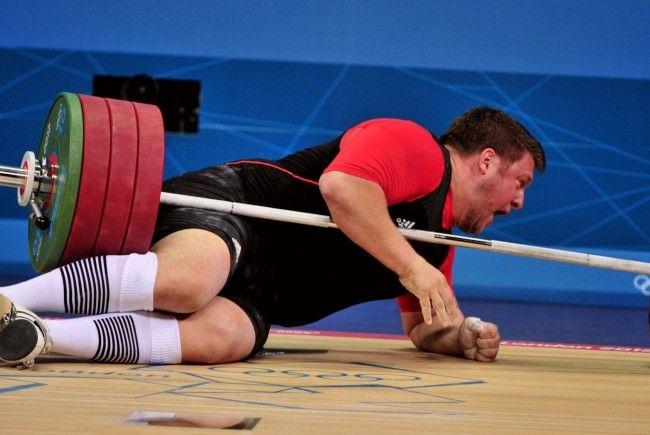 Die Hantel traff Matthias Steiner im Genick, der Athlet blieb unter seinem Gerät liegen.