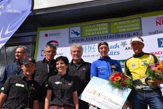 Die vier Macher Kofler, Bader, Forster und Wittwer vom Trans Vorarlberg Triathlon mit den glücklichen Siegern.