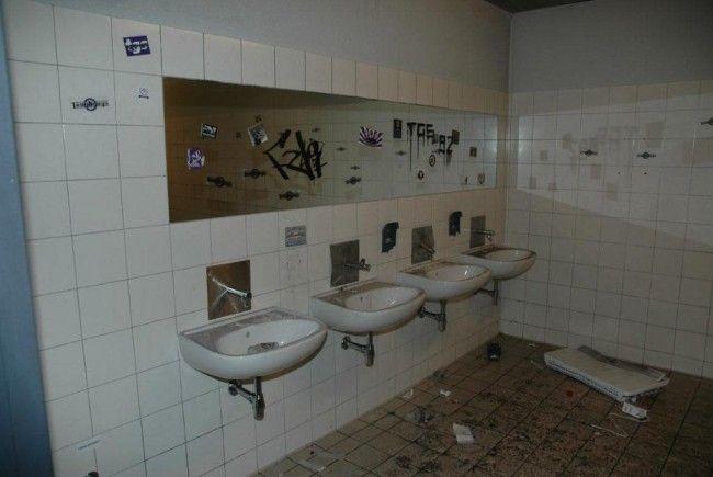 """Die WC-Anlagen im Austria-Sektor wurden von den """"Fans"""" zerstört."""