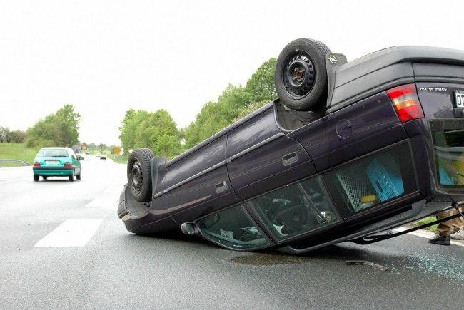 Der Autodieb verlor die Kontrolle über den Wagen. Das Auto überschlug sich und demolierte dabei Verkehrstafeln.
