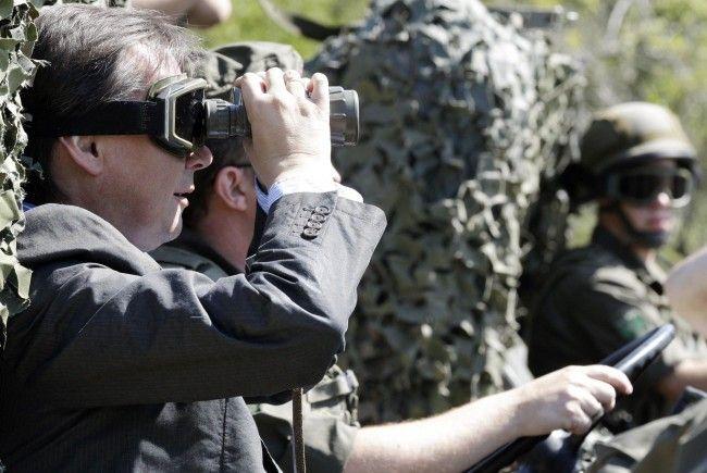 Wo geht die Reise hin? Verteidigungsminister Norbert Darabos steht im Kreuzfeuer der Kritik.