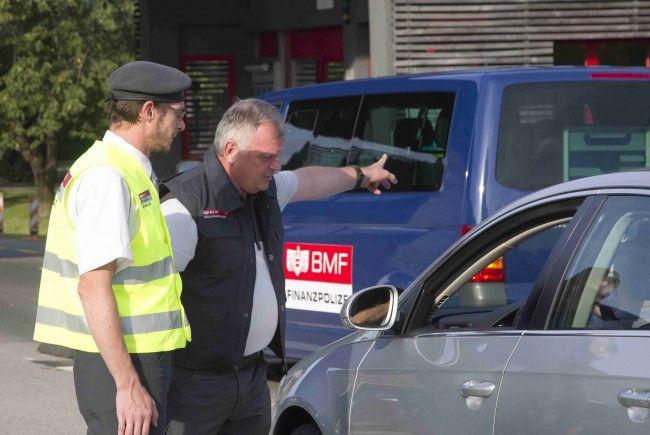 """""""Grüß Gott, Finanzpolizei"""": Seit Juni werden in Vorarlberg verstärkt Fahrzeuge mit ausländischen Kennzeichen ins Visier genommen."""