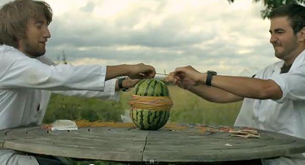 Expertiment mit Gummibändern und eine Melone.