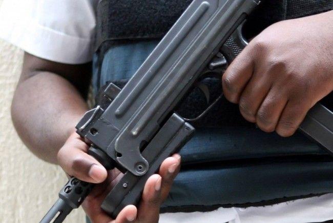 Sekträterin beim Essen in einem Lokal mit Maschinenpistole erschossen.