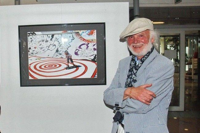 Dietmar Wanko vor einem seiner Graffiti-Fotos bei seiner letzten Schau im Harder Rathaus.
