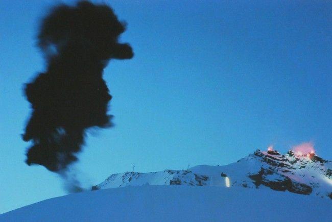 In einem Skigebiet steigt eine enorme Rauchsäule auf.