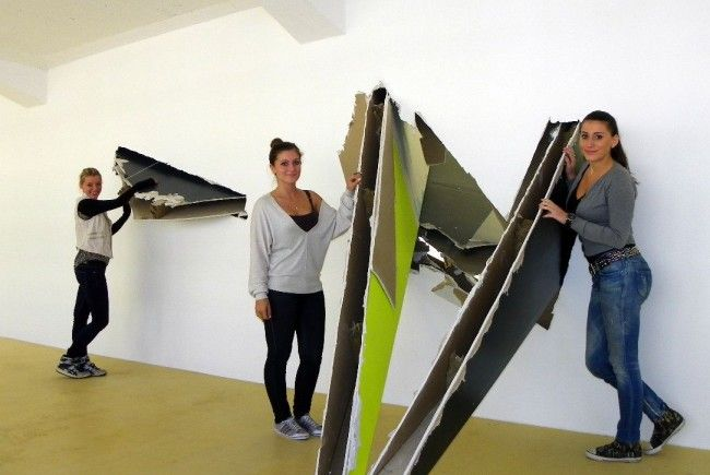 Aus den Wänden wachsende Rigips-Skulpturen sorgen für Interesse bei den Besucherinnen